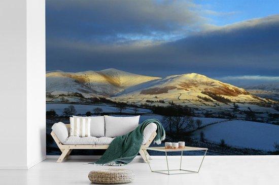 Fotobehang vinyl - De zon beschijnt het heuvellandschap in het Nationaal park Yorkshire Dales breedte 540 cm x hoogte 360 cm - Foto print op behang (in 7 formaten beschikbaar)