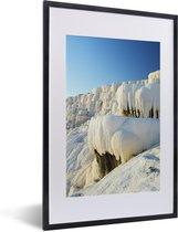 Foto in lijst - Blauwe lucht boven Pamukkale in Turkije fotolijst zwart met witte passe-partout 40x60 cm - Poster in lijst (Wanddecoratie woonkamer / slaapkamer)