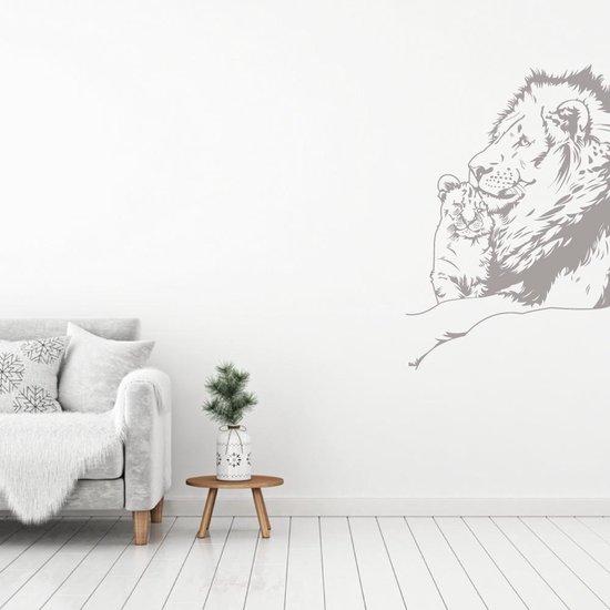 Muursticker Leeuw Met Welp -  Zilver -  81 x 120 cm  - Muursticker4Sale