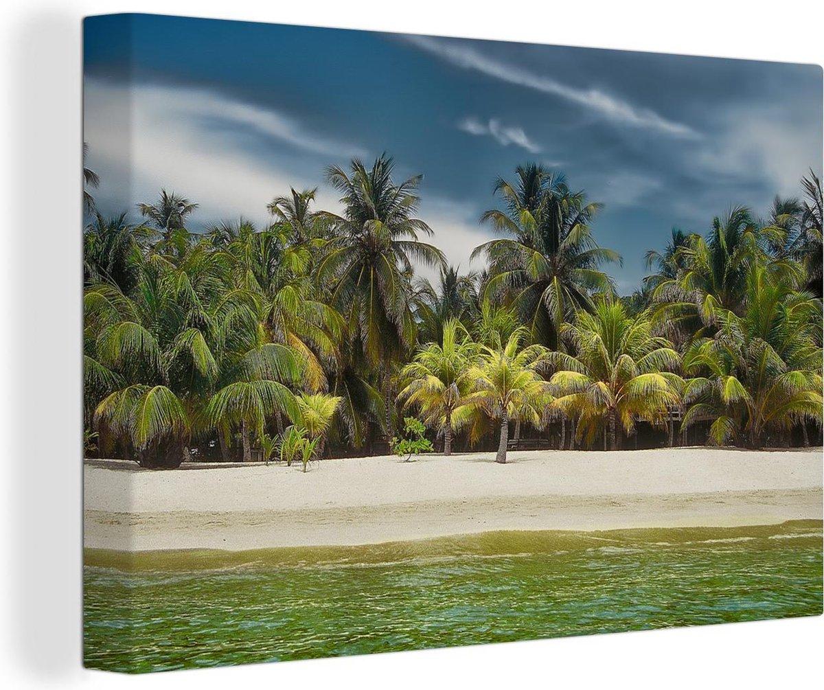 Zandstrand vol met palmbomen op Baai-eilanden in Noord-Amerika Canvas 180x120 cm - Foto print op Canvas schilderij (Wanddecoratie woonkamer / slaapkamer) / Zee en Strand XXL / Groot formaat!