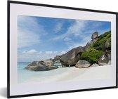 Foto in lijst - Witte stranden in het Nationaal park Ao Phang Nga fotolijst zwart met witte passe-partout middel 60x40 cm - Poster in lijst (Wanddecoratie woonkamer / slaapkamer)