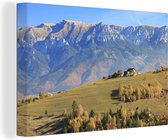 Traditionele boerderij op de heuvelrug in het Nationaal park Piatra Craiului Canvas 140x90 cm - Foto print op Canvas schilderij (Wanddecoratie woonkamer / slaapkamer)