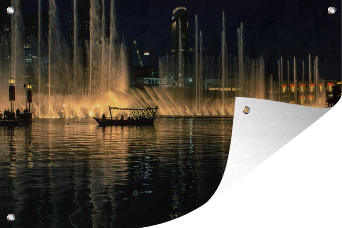 Tuinposter Dubai Fontein - Rondvaart op de fontein in Dubai tuinposter los doek 90x60 cm - Tuindoek/Buitencanvas/Schilderijen voor buiten (tuin decoratie)