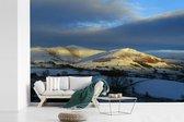 Fotobehang vinyl - De zon beschijnt het heuvellandschap in het Nationaal park Yorkshire Dales breedte 420 cm x hoogte 280 cm - Foto print op behang (in 7 formaten beschikbaar)