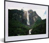 Foto in lijst - Onderaanzicht van de watervallen in het Nationaal park Canaima in Zuid Amerika fotolijst zwart met witte passe-partout klein 40x30 cm - Poster in lijst (Wanddecoratie woonkamer / slaapkamer)