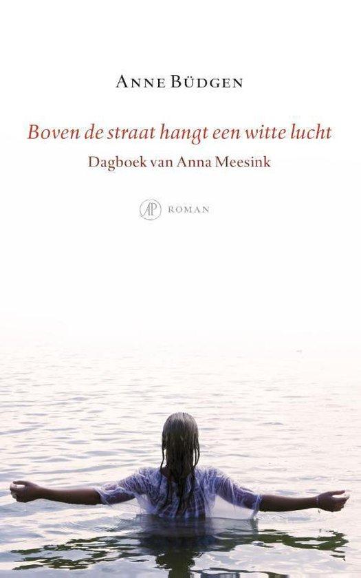 Boven de straat hangt een witte lucht - Anne Büdgen | Fthsonline.com