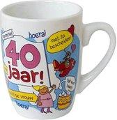 Verjaardag - Cartoon Mok - Hoera 40 jaar Vrouw - Gevuld met een toffeemix - In cadeauverpakking met gekleurd lint