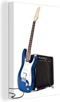 Een elektrische gitaar leunt tegen een versterker Canvas 80x120 cm - Foto print op Canvas schilderij (Wanddecoratie woonkamer / slaapkamer)