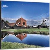 Dibond –Rivier Langs Boerderijtjes -50x50 Foto op Aluminium (Met ophang