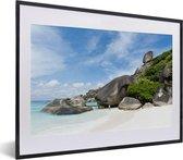 Foto in lijst - Wit zandstrand met rotsen bij het Nationaal Park Ao Phang Nga in Azië fotolijst zwart met witte passe-partout klein 40x30 cm - Poster in lijst (Wanddecoratie woonkamer / slaapkamer)