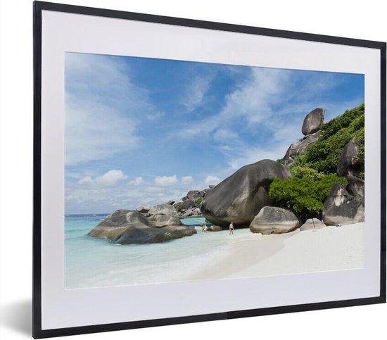 Poster met lijst Nationaal park Ao Phang-Nga - Wit zandstrand met rotsen bij het Nationaal Park Ao Phang Nga in Azië fotolijst zwart met witte passe-partout - fotolijst zwart - 40x30 cm - Poster met lijst