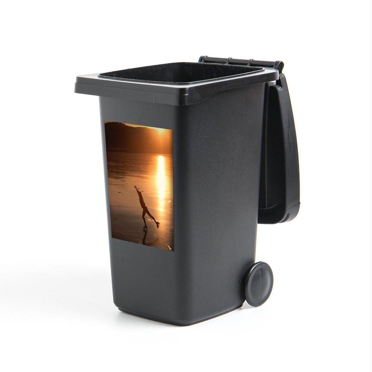 Container sticker Kunstschaatser op een meer bij zonsondergang - 40x60 cm - Kliko sticker