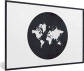 Foto in lijst - Een witte wereldkaart op een zwarte aardbol fotolijst zwart 60x40 cm - Poster in lijst (Wanddecoratie woonkamer / slaapkamer)