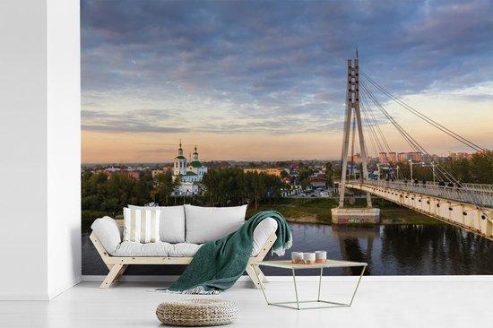 Fotobehang vinyl - Brug der Geliefden over de Tura rivier in Tjoemen Rusland breedte 450 cm x hoogte 300 cm - Foto print op behang (in 7 formaten beschikbaar)