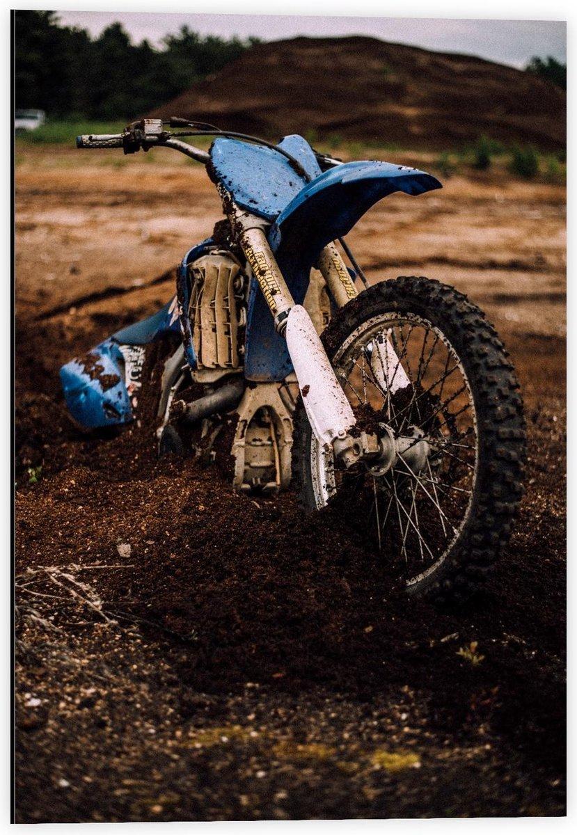 Dibond - Blauwe Crossmotor op het Zand - 40x60cm Foto op Aluminium (Met Ophangsysteem)