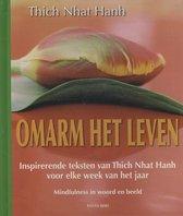 Omarm het leven. Inspirerende teksten van Thich Nhat Hanh voor elke week van het jaar. Mindfulness in woord en beeld