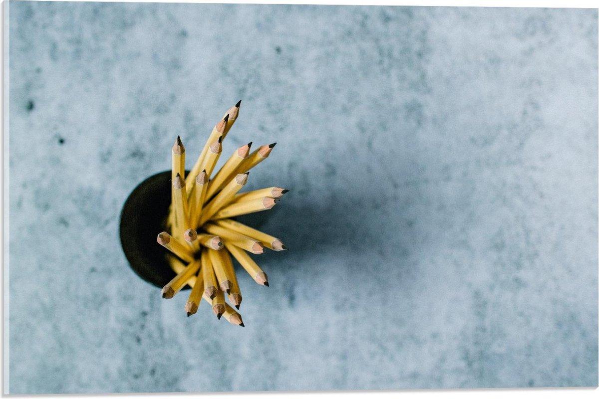 Plexiglas - Gele Potloden op Grijze Achtergrond  - 60x40cm Foto op Plexiglas (Met Ophangsysteem)