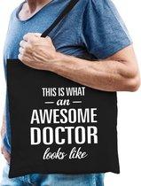 Awesome doctor / dokter cadeau katoenen tas zwart voor heren - zorgpersoneel kado /  tasje / shopper