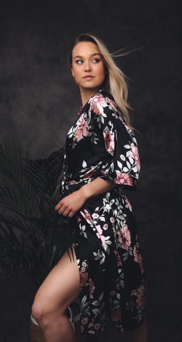 Uniek cadeau vrouw, kimono dames badjas, zwart met roze bloemen, lang model, maat M, kimono satijn