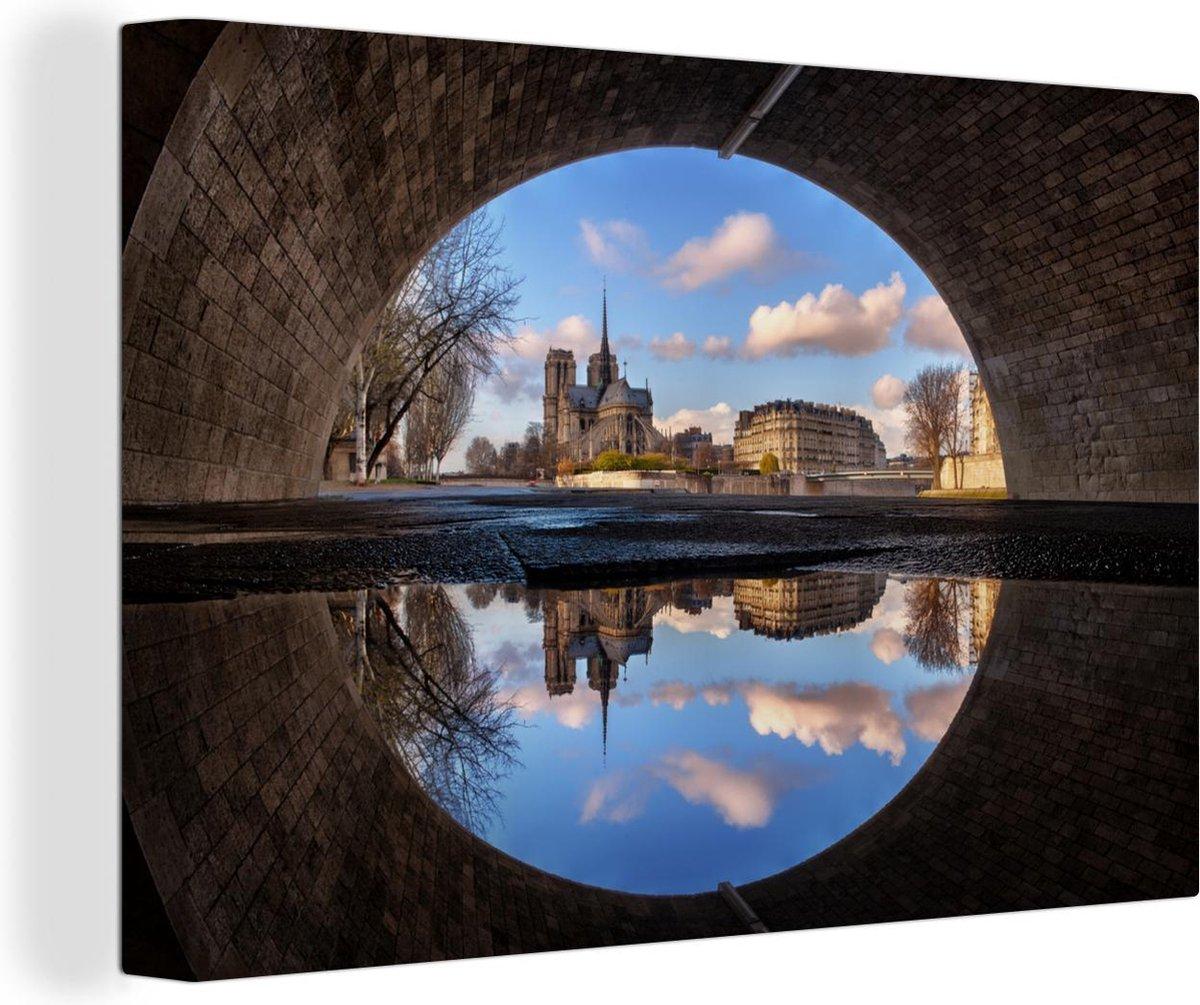 Notre Dame vanuit een tunnel en weerspiegeling in het water Canvas 180x120 cm - Foto print op Canvas schilderij (Wanddecoratie woonkamer / slaapkamer) / Europese steden Canvas Schilderijen XXL / Groot formaat!