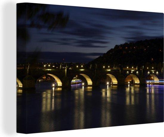 Prachtige Karelsbrug verlicht de Moldau rivier in de nacht Canvas 180x120 cm - Foto print op Canvas schilderij (Wanddecoratie woonkamer / slaapkamer) XXL / Groot formaat!