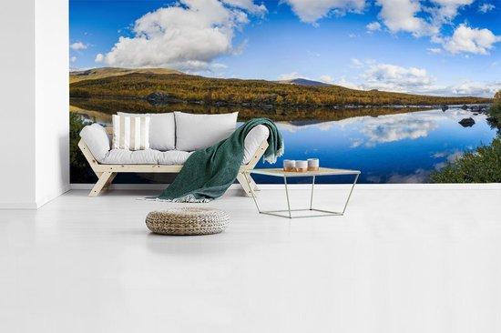 Fotobehang vinyl - Panorama van een reflectie in het Nationaal park Abisko in Zweden breedte 890 cm x hoogte 380 cm - Foto print op behang (in 7 formaten beschikbaar)