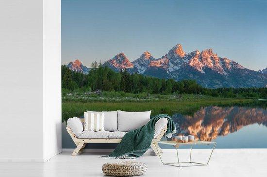 Fotobehang vinyl - Reflectie van het Tetongebergte in het rustige water in de Verenigde Staten breedte 440 cm x hoogte 320 cm - Foto print op behang (in 7 formaten beschikbaar)