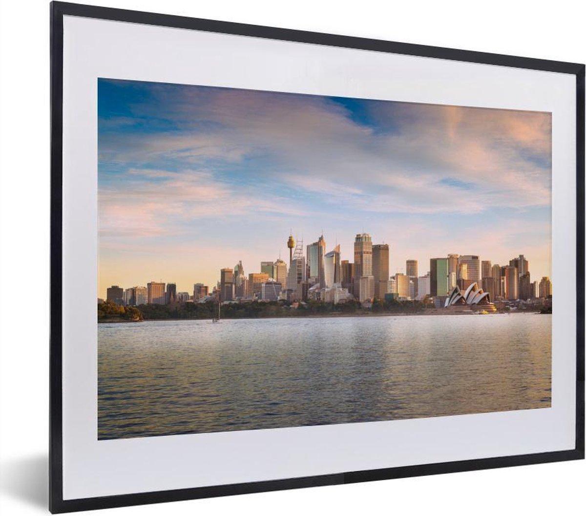 Poster met lijst Sydney - Skyline van Sydney met witte wolken in Australi  fotolijst zwart met witte passe-partout - fotolijst zwart - 40x30 cm - Poster met lijst