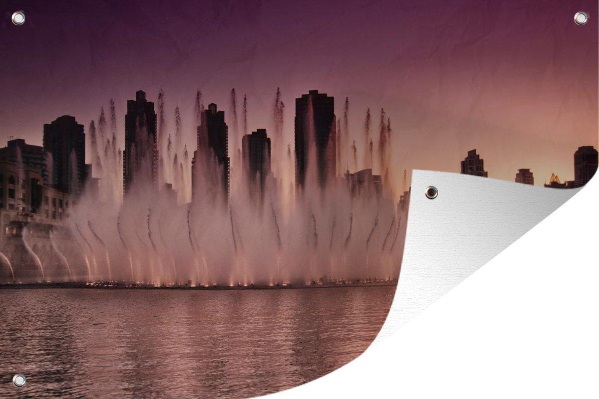 Tuinposter Dubai Fontein - Dubai fontein bij zonsondergang tuinposter los doek 60x40 cm - Tuindoek/Buitencanvas/Schilderijen voor buiten (tuin decoratie)