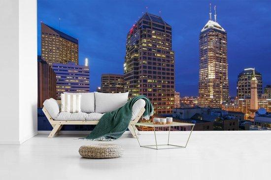 Fotobehang vinyl - De skyline van Indianapolis in de schemering breedte 605 cm x hoogte 340 cm - Foto print op behang (in 7 formaten beschikbaar)