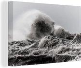 De hoge golven tijdens een storm canvas 140x90 cm - Foto print op Canvas schilderij (Wanddecoratie woonkamer / slaapkamer) / Natuurrampen Canvas Schilderijen