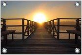 Tuinposter –Steiger aan Strand met Ondergaande Zon -60x40  Foto op Tuinposter  (wanddecoratie voor buiten en binnen)