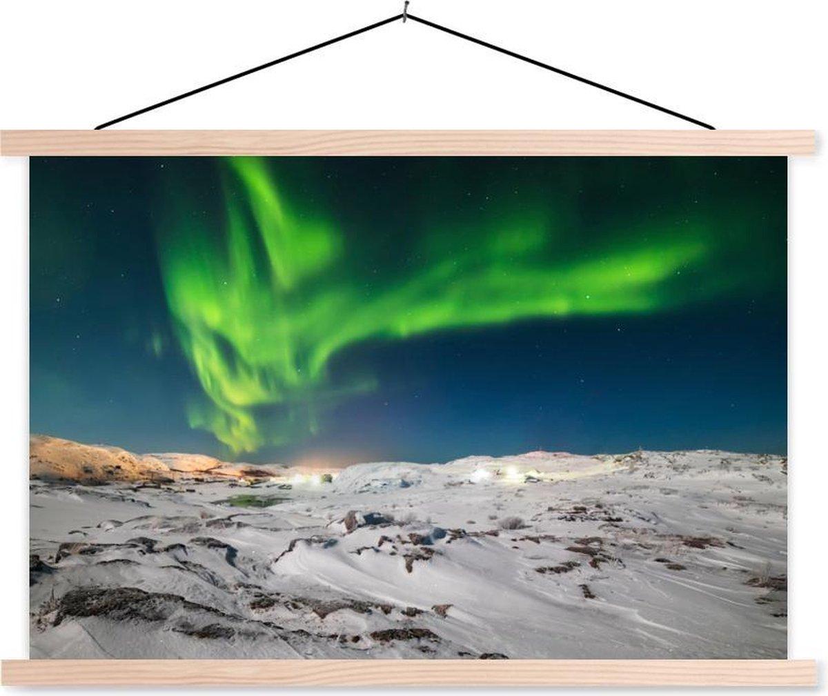 Noorderlicht boven een winters landschap textielposter latten blank 120x80 cm - Foto print op schoolplaat (wanddecoratie woonkamer/slaapkamer)