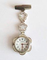Bloemen Verpleegkundige Horloge - Zusterhorloge - Groot klokje 3 cm - Zilverkleurig - Speld