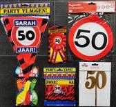 50 jaar-  Sarah - Verjaardag Versiering - Ballonnen - Afzetlint - Vlaggenlijn - Taarttopper - Rozet -  Feestpakket