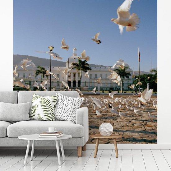 Fotobehang vinyl - Het presidentieel paleis op Place L'Ouverture in het Haïtiaanse Port-au-Prince breedte 220 cm x hoogte 220 cm - Foto print op behang (in 7 formaten beschikbaar)