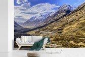 Ben Nevis in de winter met mooie wolken in Schotland fotobehang vinyl breedte 420 cm x hoogte 280 cm - Foto print op behang (in 7 formaten beschikbaar)