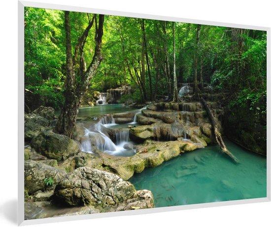 Foto in lijst - Groene natuur in het Nationaal park Erawan in Thailand fotolijst wit 60x40 cm - Poster in lijst (Wanddecoratie woonkamer / slaapkamer)