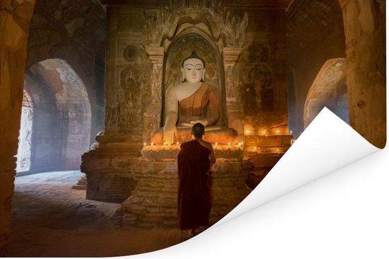 Monnik binnen pagode in Bagan Myanmar Poster 60x40 cm - Foto print op Poster (wanddecoratie woonkamer / slaapkamer) / Aziatische steden Poster