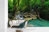 Fotobehang vinyl - Groene natuur in het Nationaal park Erawan in Thailand breedte 390 cm x hoogte 260 cm - Foto print op behang (in 7 formaten beschikbaar)