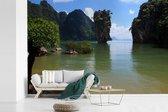 Fotobehang vinyl - Groen water en groene natuur bij het Thaise Nationaal Park Ao Phang Nga breedte 390 cm x hoogte 260 cm - Foto print op behang (in 7 formaten beschikbaar)