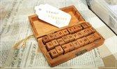 Een set van 26 kleine letters en 4 speciale tekens - Stempels van hout & rubber in een luxe mooie houten kist.