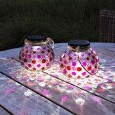 Gadgy Solar Glazen Lantaarn set Rood – ook USB oplaadbaar! – 2 glazen tuinlantaarns met Led verlichting - Solarlamp met mozaïek lichteffect en handvat – Buitenverlichting / Tafellamp op zonne energie – Incl. USB kabel – dag/nacht sensor - Ø 15 cm.