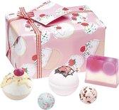 """Cadeau Bad Geschenkset """"Cherry Bathe-well"""" met handgegoten zeep, bath bombs en meer!"""