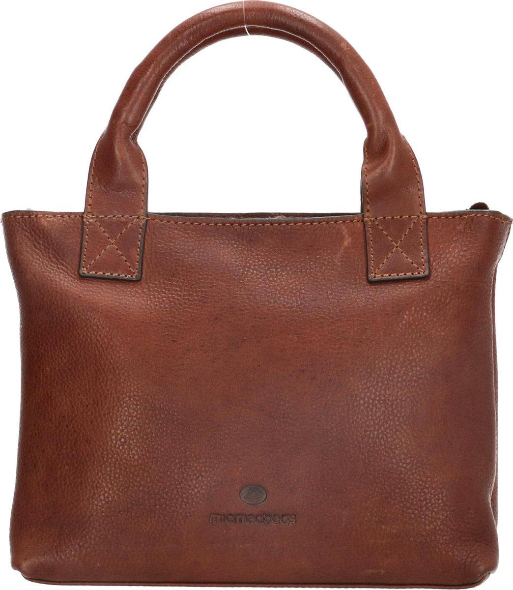 Ontdek de wereld in stijl met de tassen uit de Micmacbags Discover collectie, voor ieder avontuur bevat deze collectie een geschikte tas. Voor een verre trip of een dagje uit, met deze tassen ben jij klaar voor elke uitdaging doe op je pas komt. Deze mooie leren shopper Micmacbags Discover The Weekend Getaway Shopper Medium 17773 Bruin is gemaakt van 100% rundleer, de bruine shopper heeft een tijdloze en stijlvolle uitstraling. Door de twee stevige handvatten is de tas makkelijk op te pakken, tevens heeft deze shopper tas een extra meegeleverde lange verstelbare en afneembare schouderband. Het hoofdcompartiment is afsluitbaar middels een ritssluiting, binnenin bevindt zich een tussenschot met ritsvak en aan de zijkant nog een extra handig ritsvak. De metalen onderdelen en details zijn uitgevoerd in gun metal. Wij zijn officiële Micmacbags dealer, dus u kunt natuurlijk rekenen op een volledige garantie. Materiaal: 100% echt rundleer Breedte: 42 cm Hoogte: 24 cm Diepte: 13 cm Kleur: Donkerbruin Garantie: 1 jaar Artikelnummer: 17773 EAN-nummer: 8717924187756 - 0