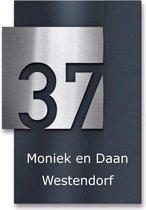 zwart naambordje voordeur met opliggende rvs kleur huisnummerbord 17x25cm