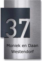 rvs naambordje voordeur met zwart opliggend huisnummerbord 15x20cm