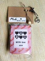 Thee cadeau met de tekst 'with love xxx', met sleutelhanger en bedeltje hartje love, 4 verschillende theezakjes, lief kadootje, theekado, Valentijnsdag, liefde, vriendschap