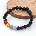 Natuurstenen kralen Chakra stretch-armband, met kralen van 8mm doorsnee. De basis van de armband is lavasteen en de kralen van de chakra zijn: granaat, agaat, citrien, aventurijn, aquamarijn, lapis lazuli en amethist.