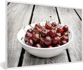 Foto in lijst - Rijpe in witte kom op een houten tafel fotolijst wit 60x40 cm - Poster in lijst (Wanddecoratie woonkamer / slaapkamer)